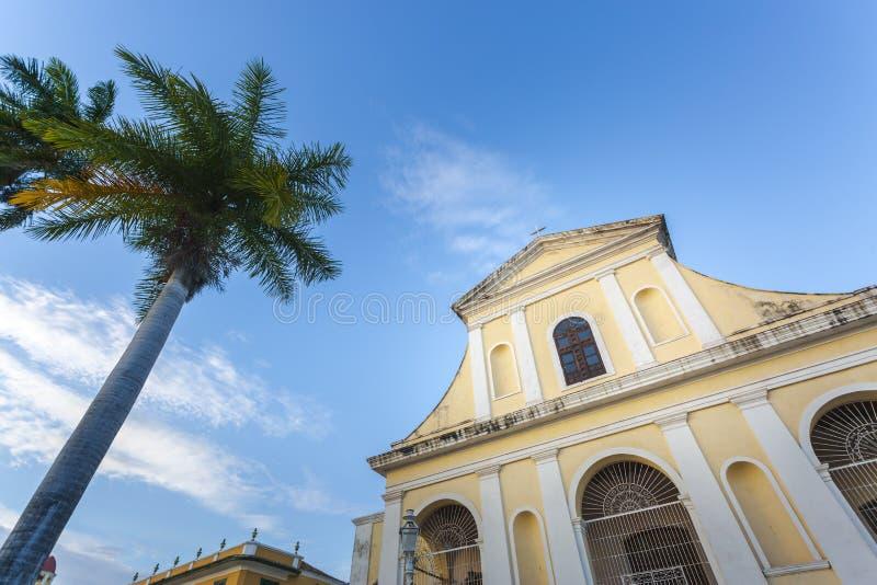 Kyrkan av den heliga Treenighet i plazaen som är viktig i Trinidad royaltyfri bild