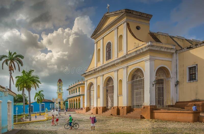 Kyrkan av den heliga trinityen på plazaen ha som huvudämne, Trinidad, Kuba royaltyfri fotografi