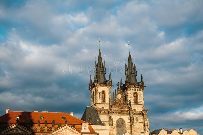 Kyrkan av den jungfruliga Maryen framme av Tyn på den gamla stadfyrkanten i Prague i Tjeckien Medeltida europé royaltyfria bilder