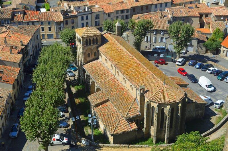 Kyrkan av det Eglise helgonet-Gimer och den omgeende delen av den gamla staden av Carcassonne som tas från stadsväggen arkivbild