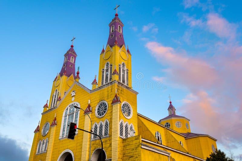 Kyrkan av San Francisco i den huvudsakliga fyrkanten av Castro på den Chiloe ön royaltyfri bild