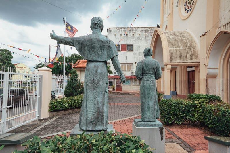 Kyrkan av St Francis Xavier Malay: Gereja St Francis Xavier med bronshelgonet skulpterar i den Melaka staden, Melaka, Malaysia royaltyfria foton