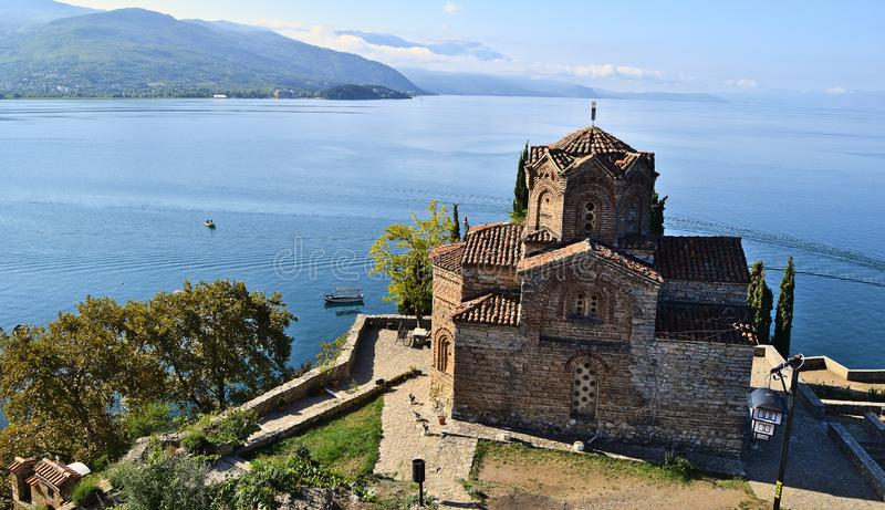 'Kyrkan av St John på Kaneo 'och Ohrid sjön i Makedonien royaltyfria bilder
