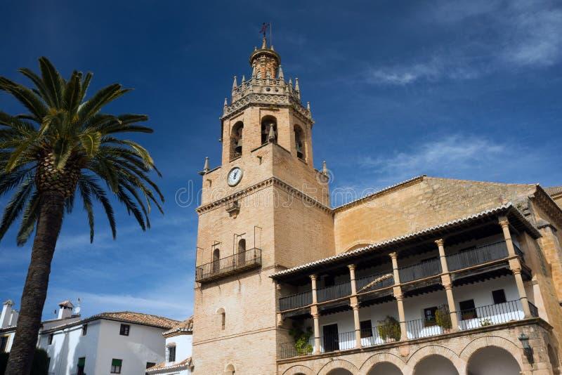 Kyrkan av St Mary är den huvudsakliga kyrkan av den spanska staden av Ronda och museet gammala stenv?ggar katten som dagen observ arkivbilder