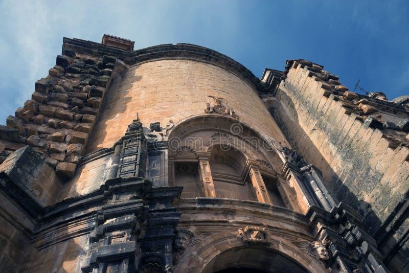Kyrkan av St Mary ?r den huvudsakliga kyrkan av den spanska staden av Ronda och museet gammala stenv?ggar katten som dagen observ royaltyfria bilder