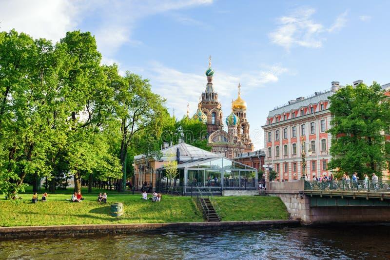 Kyrkan av uppståndelsen av Kristus över Mikhailovsky parkerar royaltyfri foto