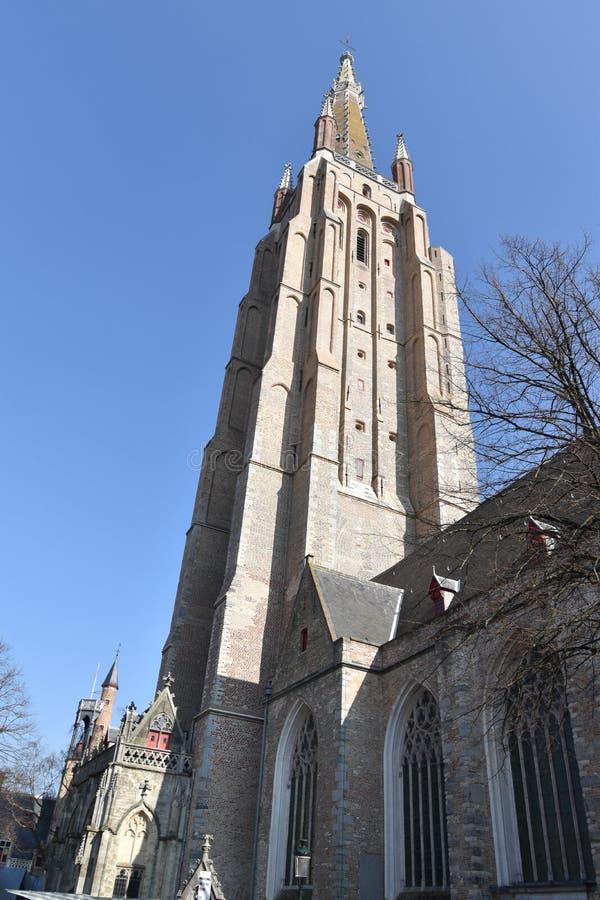 Kyrkan av vår dam Onze-Lieve-Vrouwekerk är en katolsk församlingkyrka i Bruges, Belgien royaltyfri foto