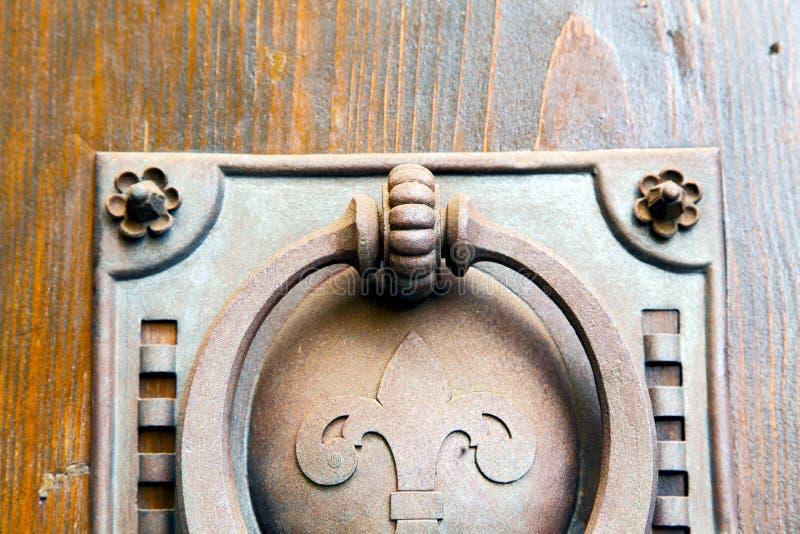kyrkan för castellanzasuddighetslombardy abstrakt begrepp stängde den wood croen fotografering för bildbyråer