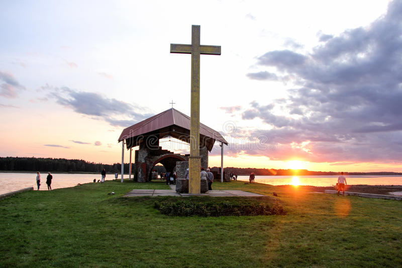 Kyrkan fördärvar på ön Lettland som för St Meinard är ikskile på flodDaugava Foto som tas i august 26, 2017 royaltyfri foto