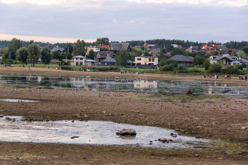 Kyrkan fördärvar på ön Lettland som för St Meinard är ikskile på flodDaugava Foto som tas i august 26, 2017 fotografering för bildbyråer