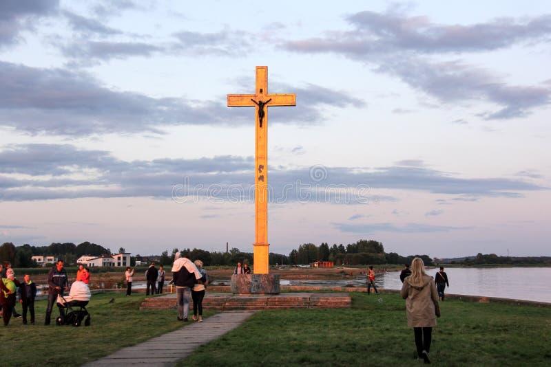 Kyrkan fördärvar på ön Lettland som för St Meinard är ikskile på flodDaugava Foto som tas i august 26, 2017 royaltyfria bilder
