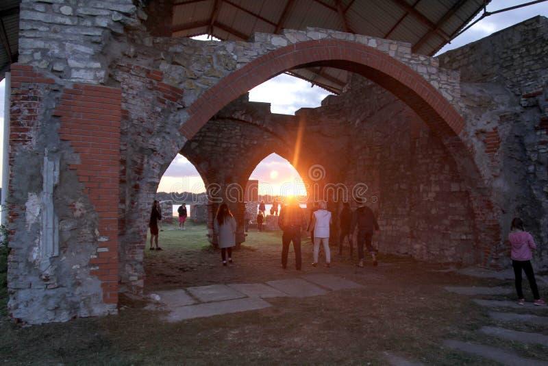 Kyrkan fördärvar på ön Lettland som för St Meinard är ikskile på flodDaugava Foto som tas i august 26, 2017 royaltyfria foton