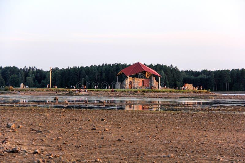 Kyrkan fördärvar på ön Lettland som för St Meinard är ikskile på flodDaugava Foto som tas i august 26, 2017 arkivbilder