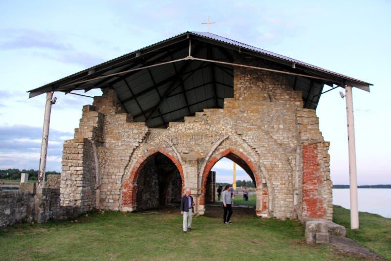 Kyrkan fördärvar på ön Lettland som för St Meinard är ikskile på flodDaugava Foto som tas i august 26, 2017 arkivbild