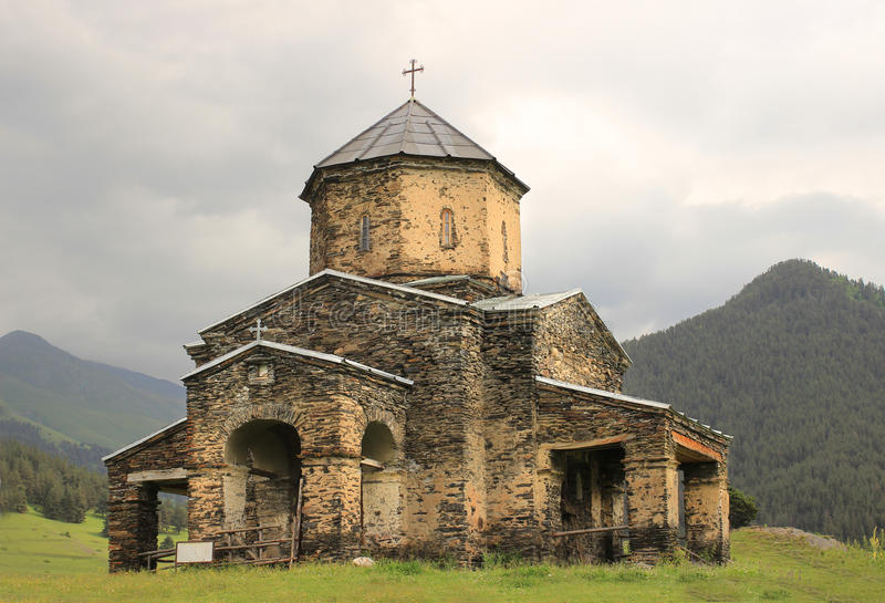 Kyrkan i den Shenako byn, Tusheti region (Georgia) royaltyfria foton