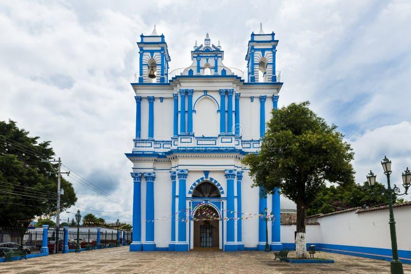 Kyrkan målade i blått och vit i staden av San Cristobal de Las Casas, Mexico arkivfoton