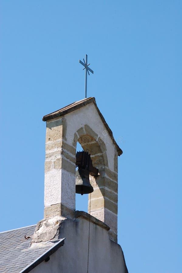 Kyrkan sätta en klocka på av en fransk kyrka royaltyfria foton