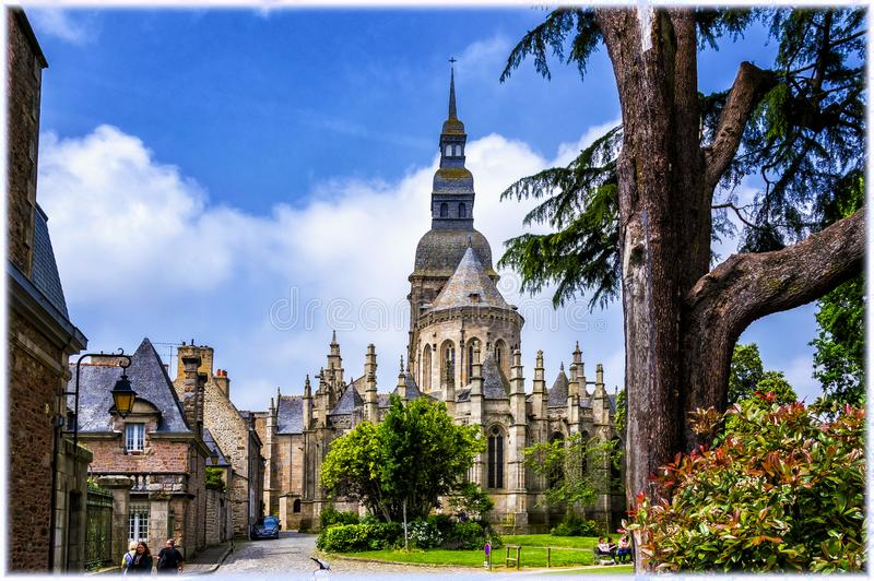 kyrkan Saint Sauveur i Dinan, Bretagne, Frankrike royaltyfri fotografi