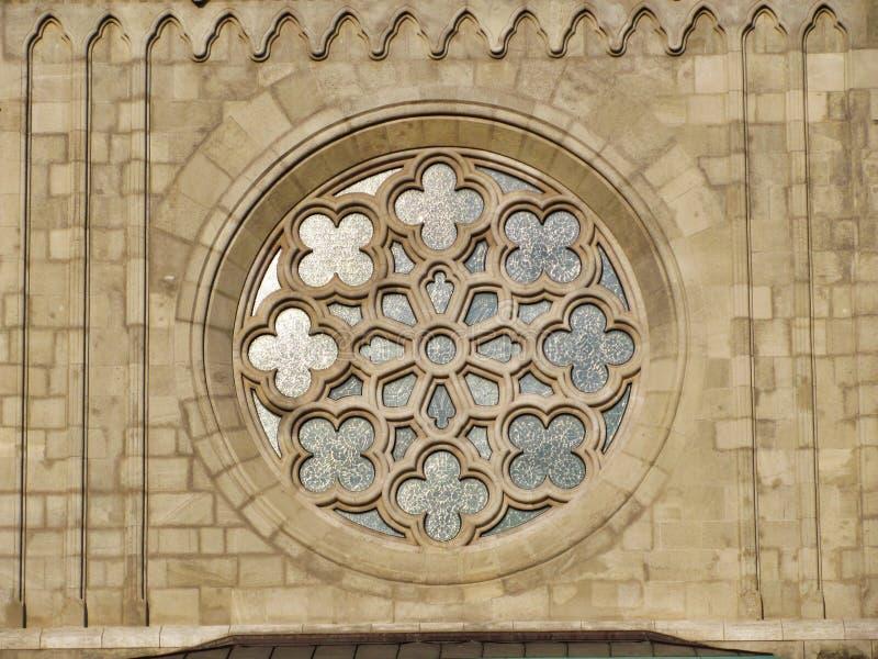 Kyrkaprydnader, fönster i Buda Castle i Ungern, Budapest royaltyfria bilder