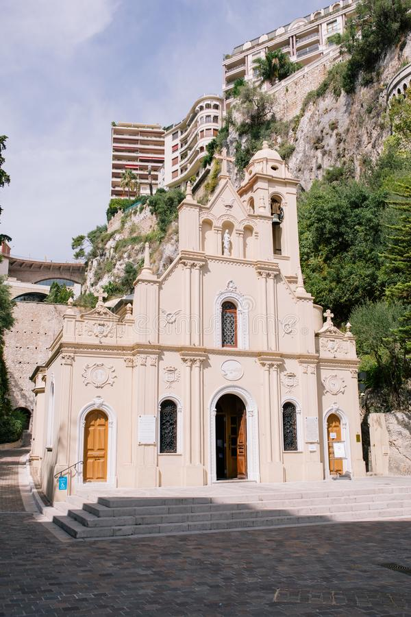 Kyrkatempel i Monaco i mitten av Monte - carlo i söderna av Europa fotografering för bildbyråer