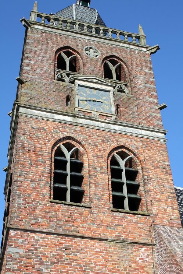 Kyrkatorn i Noordwolde Nederländerna royaltyfri fotografi