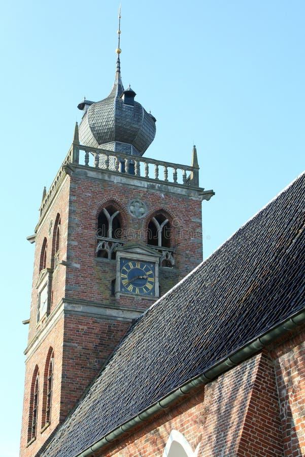 Kyrkatorn i Noordwolde Nederländerna royaltyfria foton