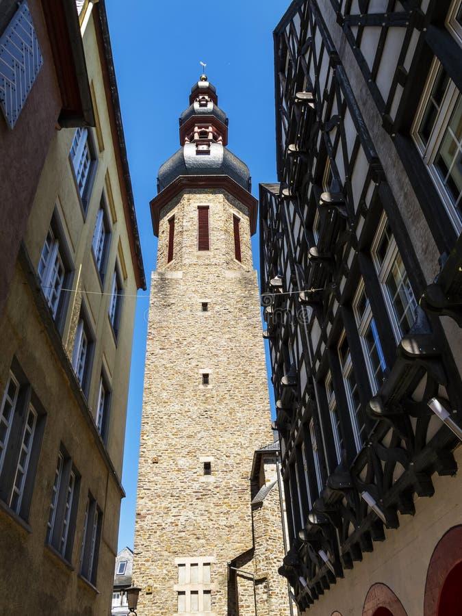 Kyrkatorn med lökkupolen av Saint Martin den katolska församlingkyrkan på Cochem, Rheinland-Pfalz, Tyskland royaltyfria foton