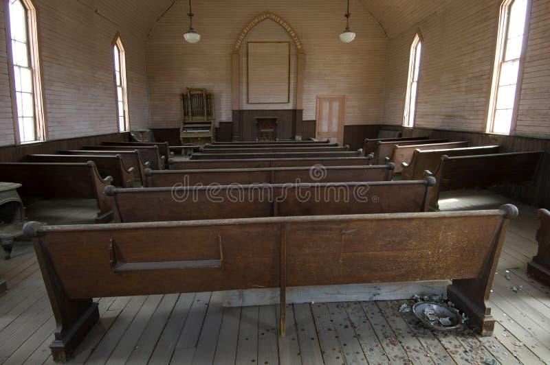 Kyrkbänkar i en metodistkyrka i spökstaden Bodie fotografering för bildbyråer