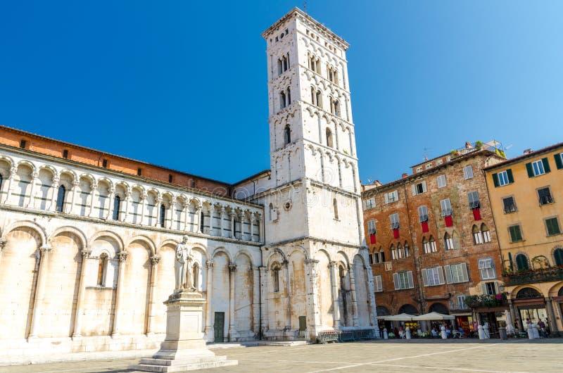 Kyrklig basilika för Chiesa di San Michele in foro St Michael Roman Catholic på den piazzaSan Michele fyrkanten i historisk mitt  arkivbild