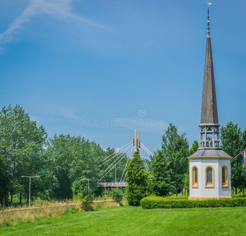 Kyrklig byggnad för litet vitt religiöst kapell upp kullen royaltyfri bild