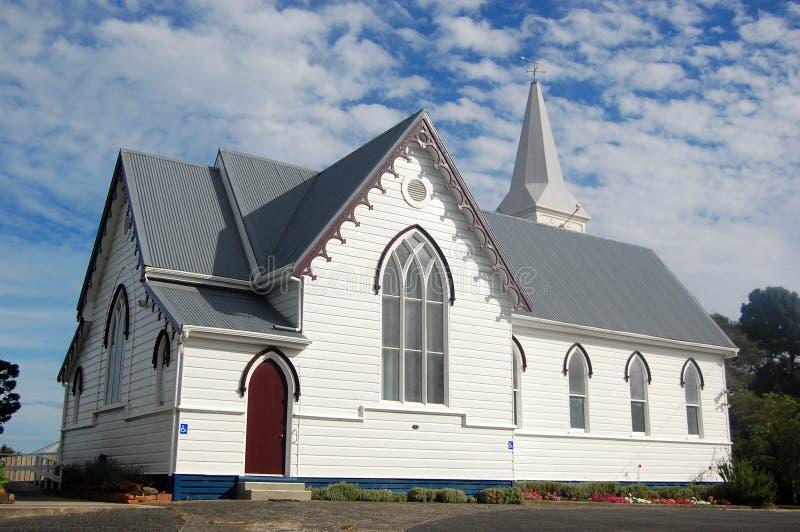 Kyrklig byggnad för vit timmer royaltyfri foto