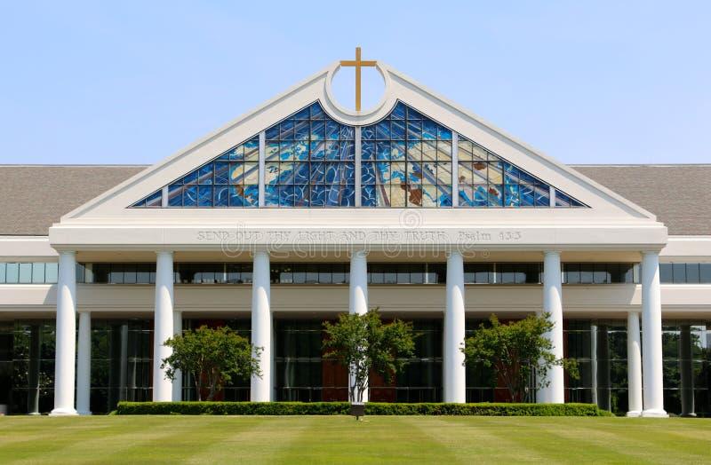 Kyrklig byggnad med att bedöva det Glass fönstret royaltyfri fotografi