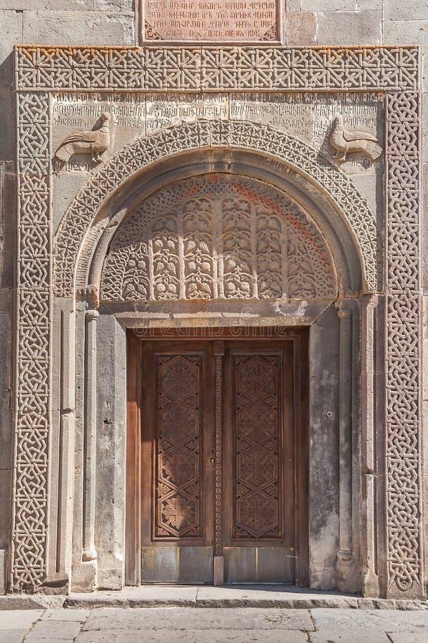 Kyrklig dörr för armenier med detaljerat snida arkivbilder