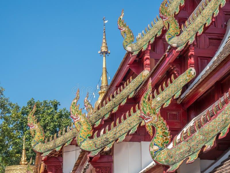 Kyrklig delikat thailändsk konst för strömförsörjning på taket arkivfoto