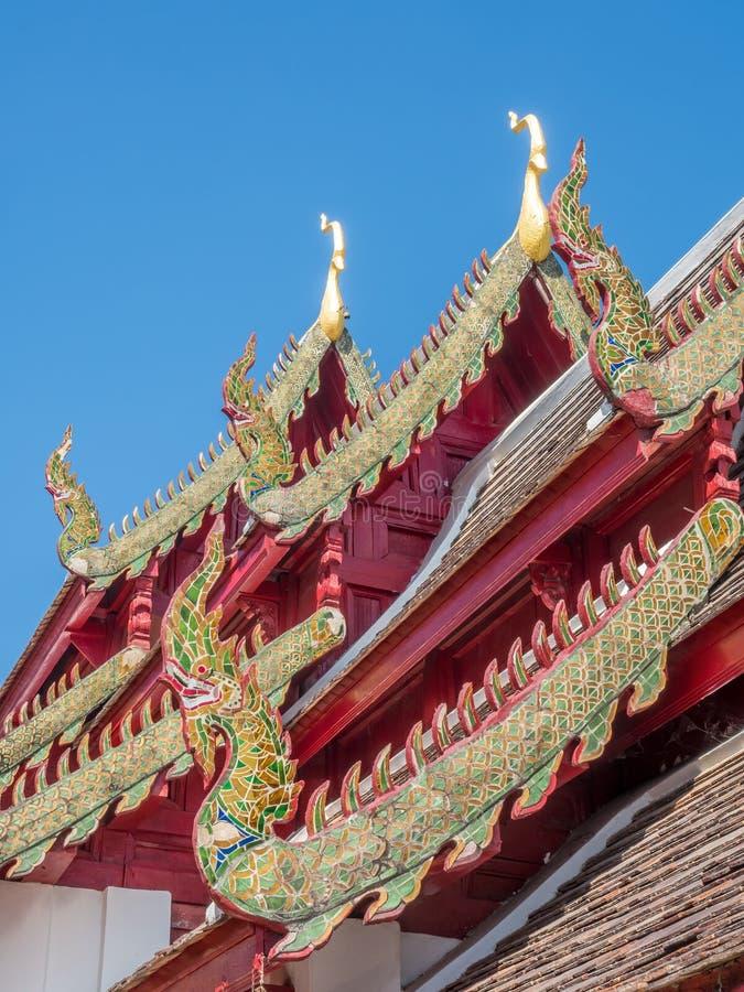 Kyrklig delikat thailändsk konst för strömförsörjning på taket royaltyfri fotografi