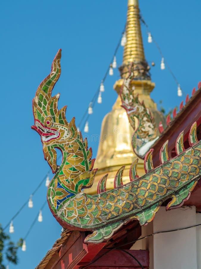 Kyrklig delikat thailändsk konst för strömförsörjning på taket arkivbilder