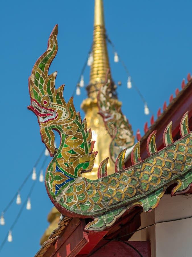Kyrklig delikat thailändsk konst för strömförsörjning på taket royaltyfria foton