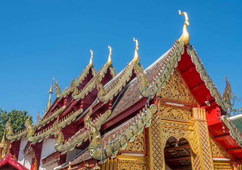 Kyrklig delikat thailändsk konst för strömförsörjning på taket arkivfoton