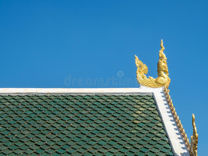 Kyrklig delikat thailändsk konst för strömförsörjning på taket royaltyfria bilder