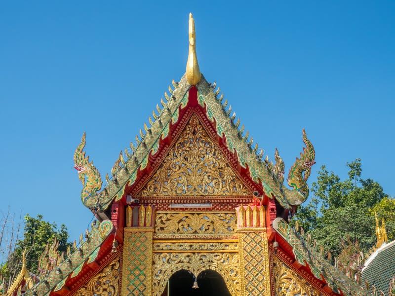 Kyrklig delikat thailändsk konst för strömförsörjning på taket arkivbild