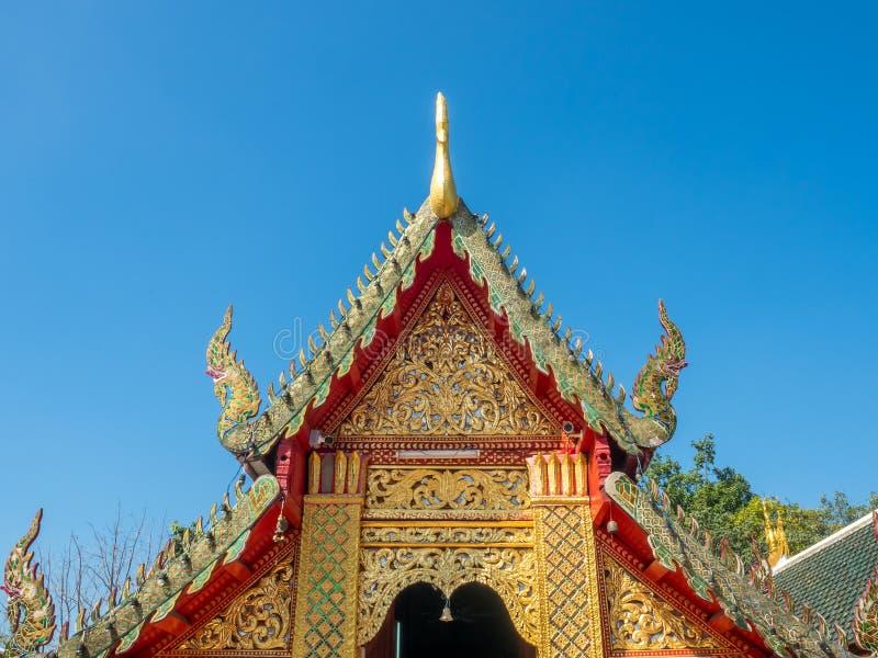 Kyrklig delikat thailändsk konst för strömförsörjning på taket fotografering för bildbyråer