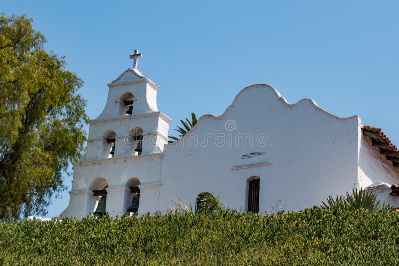 Kyrklig fasad och Klocka torn på beskickningen San Diego arkivbild