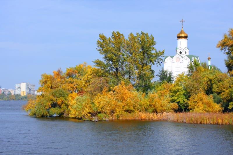 kyrklig flod arkivbilder
