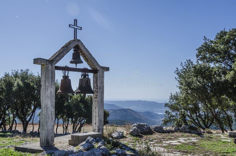 Kyrklig gammal klockstapel av lamiaen och som bakgrund det Ionian havet arkivbild