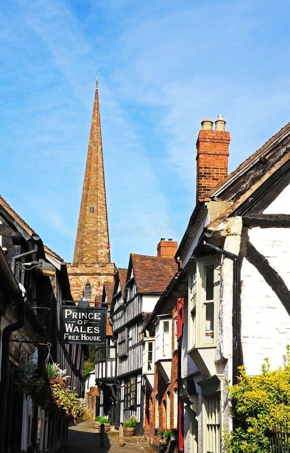Kyrklig gränd och kyrka, Ledbury fotografering för bildbyråer