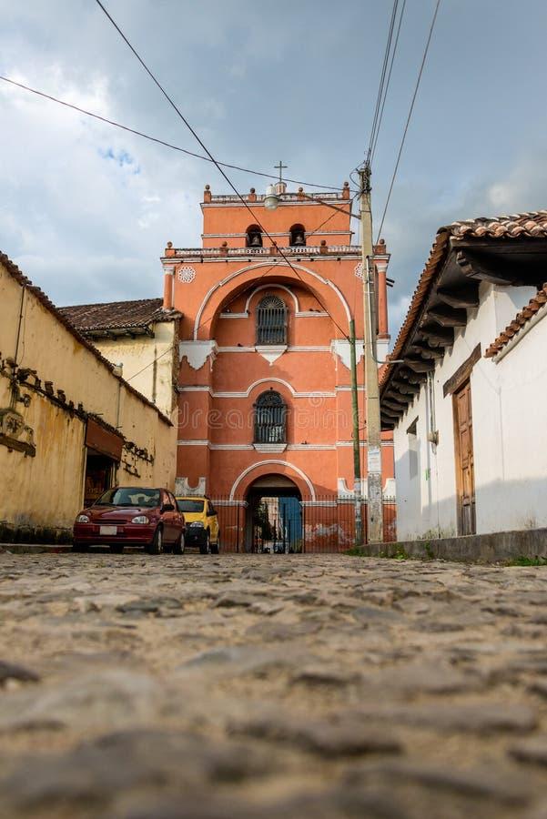Kyrklig gränd på San Cristobal de Las Casas Resa till och med Ch royaltyfri bild