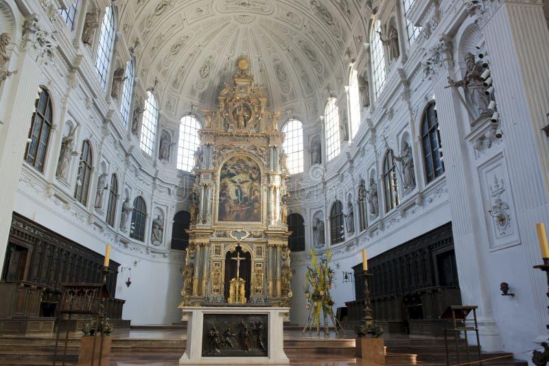 Kyrklig inre i St Peter i Munich royaltyfri bild
