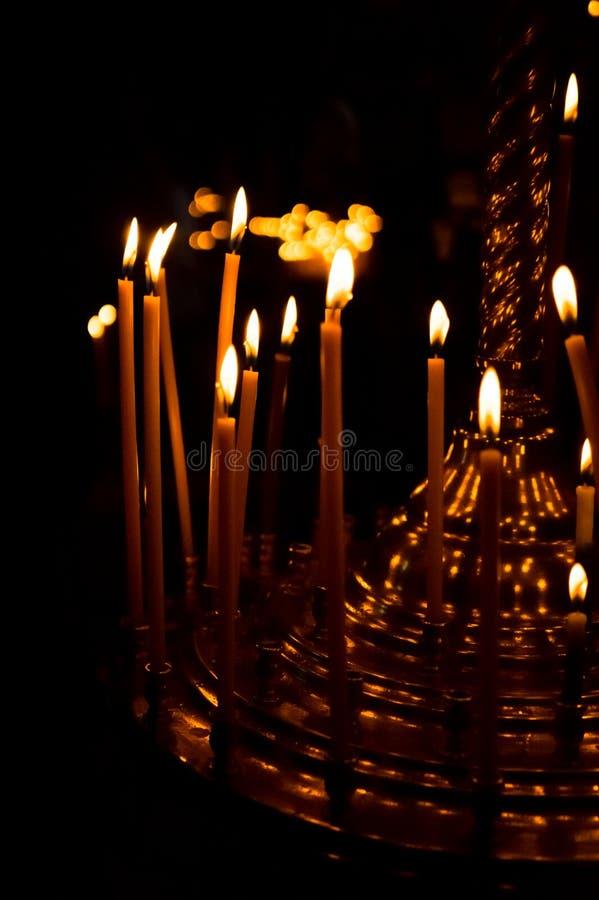 Kyrklig kandelaber med bränningstearinljus Religiös ferie arkivfoto