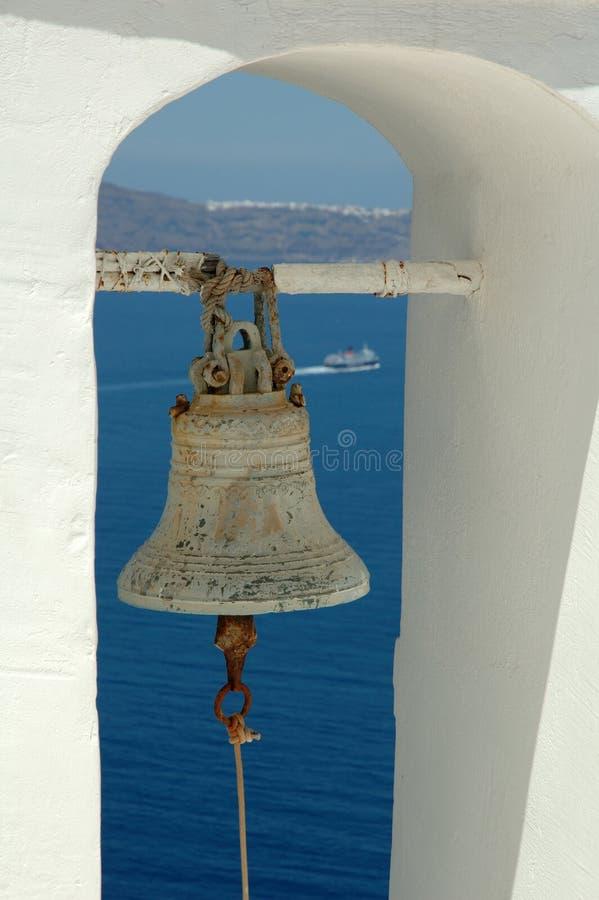 Kyrklig klocka på Santorini arkivbild