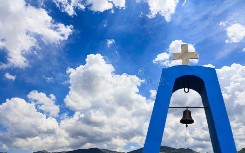 Kyrklig kyrktorn för ` s i Grekland Kors överst och klocka Moln på bakgrund för blå himmel, copyspace arkivfoto